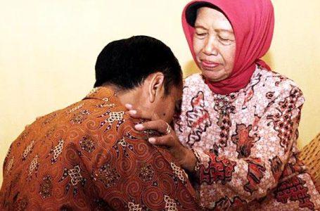 Presiden Jokowi sungkem ke  Ibunda tercinta, beberapa waktu lalu. (Foto : Ist)