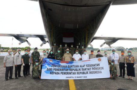 Menhan Prabowo Subianto, saat penyerahan bantuan alkes untuk penanganan Covid-19 di Pangkalan Angkatan Udara TNI AU Halim Perdana Kusuma Jakarta, Senin (23/3/2020). (Foto : Ist)