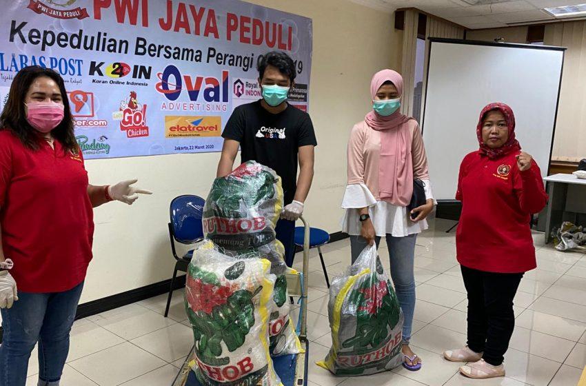 PWI Jaya Peduli Bagikan 30 Paket Sembako untuk Warga Terdampak Covid-19