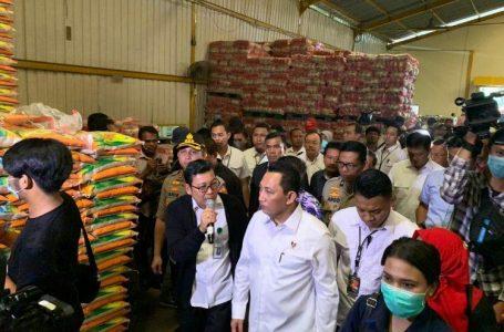 Komjen Pol Listyo Sigit Prabowo mengecek ketersediaan beras di gudang beras PT Food Station Cipinang, Jakarta, Rabu (18/3/2020).