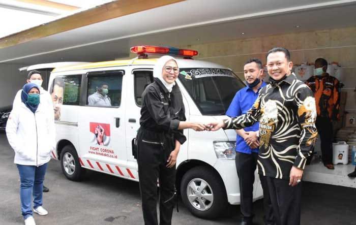 Bamsoet Serahkan Bantuan Ambulans  untuk Warga Miskin