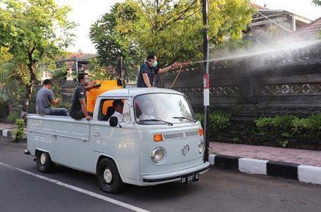 Bupati Buleleng Putu Agus Suradnyana, ikut aktif melakukan penyemprotan disenfektan ke beberapa area publik. (Foto:balifactualnews)