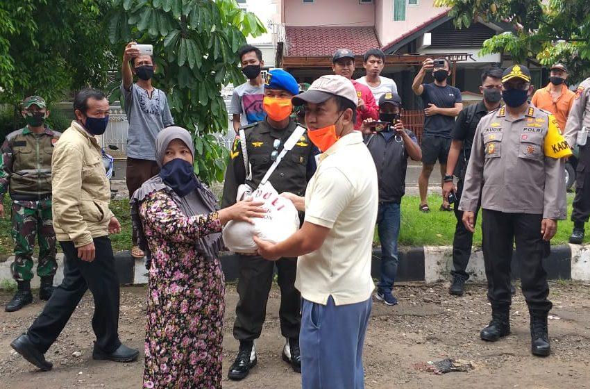 Polsek dan Warga Kembangan Saling Peduli Bagikan Paket Bantuan