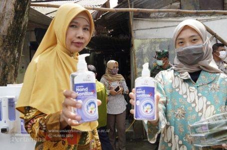 Dosen dan staf Universitas Pertamina ikut bantu masyarakat dengan produksi handsanitizer. (Foto:Univ Pertamina)