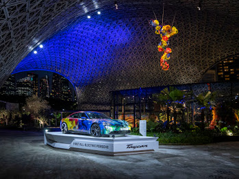 Porsche Jadi Mitra Otomotif Resmi Pameran Dale Chihuly 'Glass in Bloom' di Singapore's Garden by the Bay