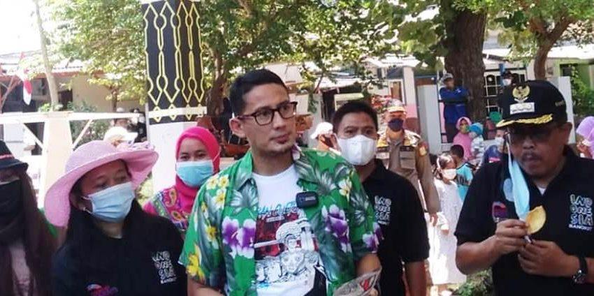 Sandiaga Uno Berikan Plakat dan Sertifikat ADWI 2021 Kepada Desa Wisata Pulau Untung Jawa Kepulauan Seribu